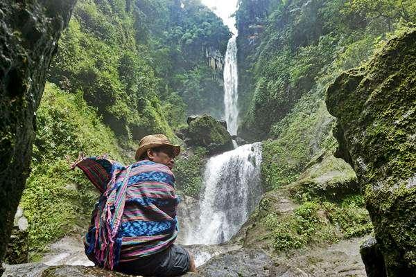 Pengunjung menikmati keindahan air terjun Agal, Desa Marente, Alas, Sumbawa Besar, Sumbawa, NTB, Sabtu (28:1). - Antara:Eka Fitriani